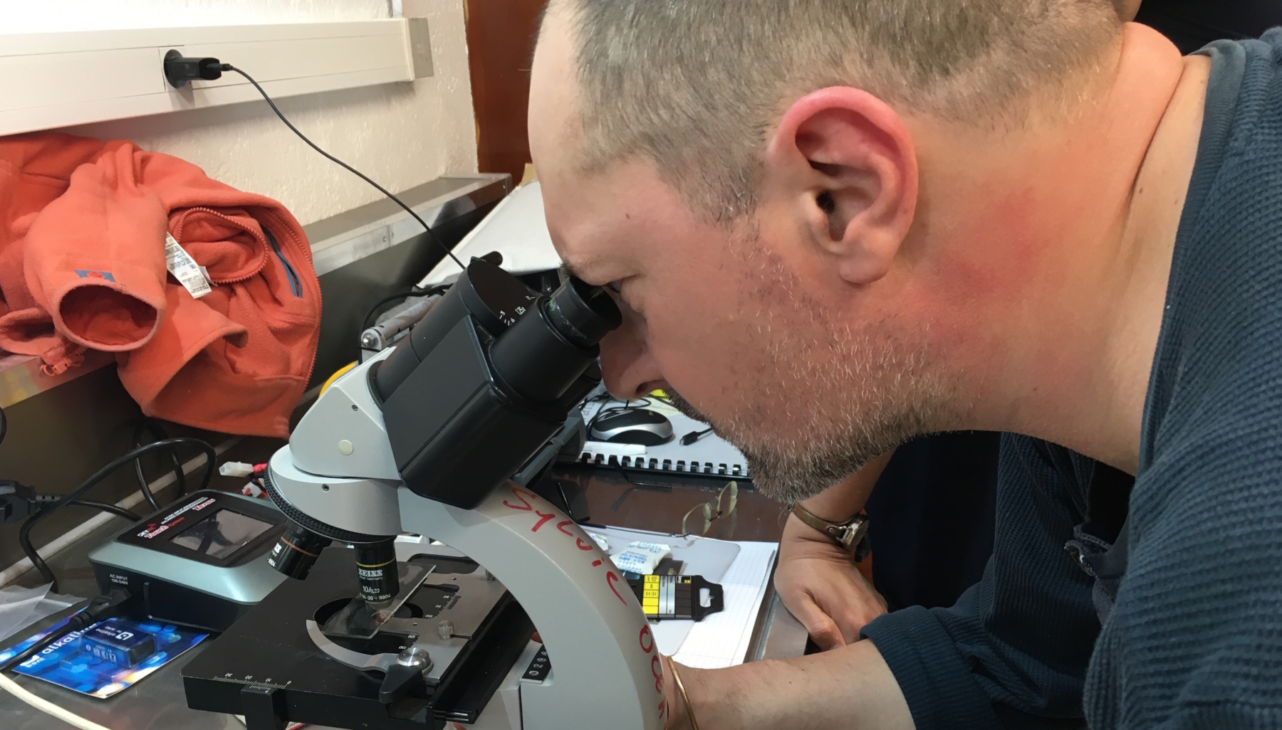 Le Pr Eric Parmentier au binoculaire.