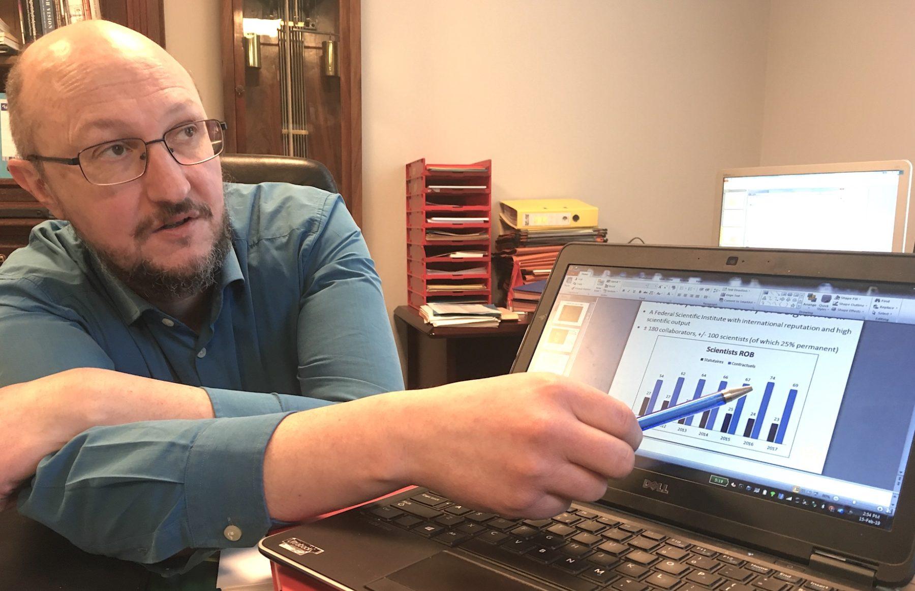 Ronald Van der Linden, Directeur général de l'Observatoire royal de Belgique (ORB), pointe l'évolution du personnel scientifique statutaire (en baisse) et contractuel (en hausse) à l'Observatoire.