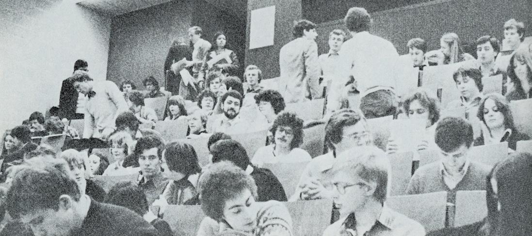 Etudiants dans un auditoire / UCL Woluwe 1974