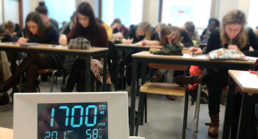 Salle de classes. Moniteur de CO2 dans l'air intérieur.