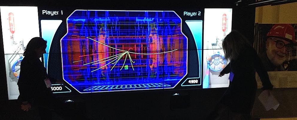 """Le jeu """"Proton shoot"""" permet, aux visiteurs de l'exposition itinérante du CERN, de s'essayer à la production de particules élémentaires virtuelles."""