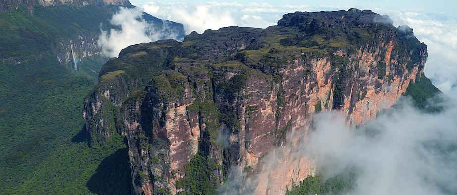 Le tépui Wei Assipu, une montagne tabulaire du Plateau des Guyanes, dépasse les 2.000 mètres d'altitude. © Philippe Kok