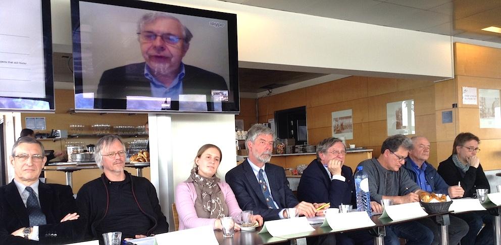 Parmi les scientifiques venus plaider jeudi pour le maintien de Belspo, on remarque, sous l'écran géant lors de l'intervention du Pr Guy Brasseur, en direct des Etats-Unis, (de gauche à droite), le Pr Guy Cornélis (UNamur), le Pr Luc De Meester (KULeuven), le Pr Vinciane Debaille (ULB), le Pr Jean-Pierre Henriet (UGent), le Pr Robert Halleux (ULg), le Pr Jean-Louis Tison (ULB), le Pr Frank Dehairs (VUB), le Pr Frank Pattyn (ULB).