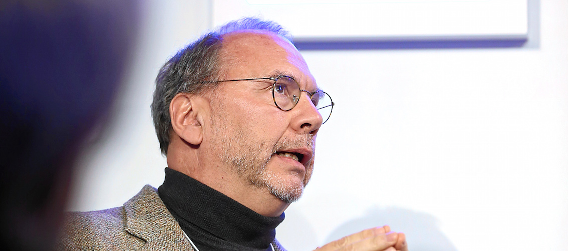 Peter Piot, au Forum économique mondial, en 2015. Photo Moritz Hager (CC BY-NC-SA 2.0)