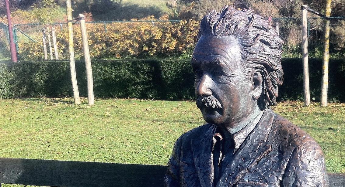Au Coq-sur-Mer, une statue d'Albert Einstein rappelle le séjour du savant dans la station balnéaire en 1933.