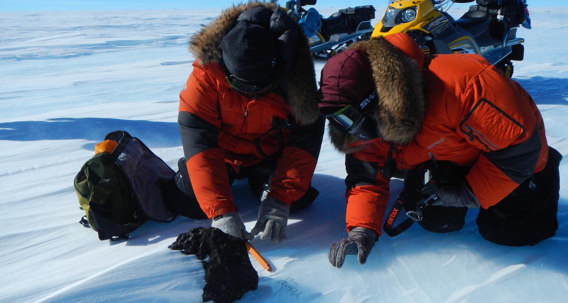 Récolte de météorites en Antarctique. © V.Debaille/ULB
