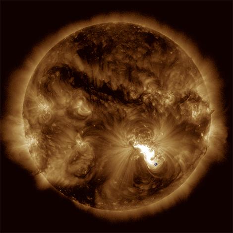 Éruption majeure du 24 octobre 2014 observée par l'instrument AIA de la mission Solar Dynamics Observatory de la NASA. La Terre ajoutée montre l'échelle. © Tahar Amari, Centre de physique théorique (CNRS/École Polytechnique).