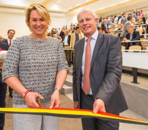 """La ministre du Logement de la Région de Bruxelles-Capitale, Madame Céline Fremault (CDH), a inauguré le nouveau bâtiment """"Ommegang"""" de l'Université Saint-Louis, en compagnie du recteur Pierre Jadoul. Photo Thomas Blairon."""
