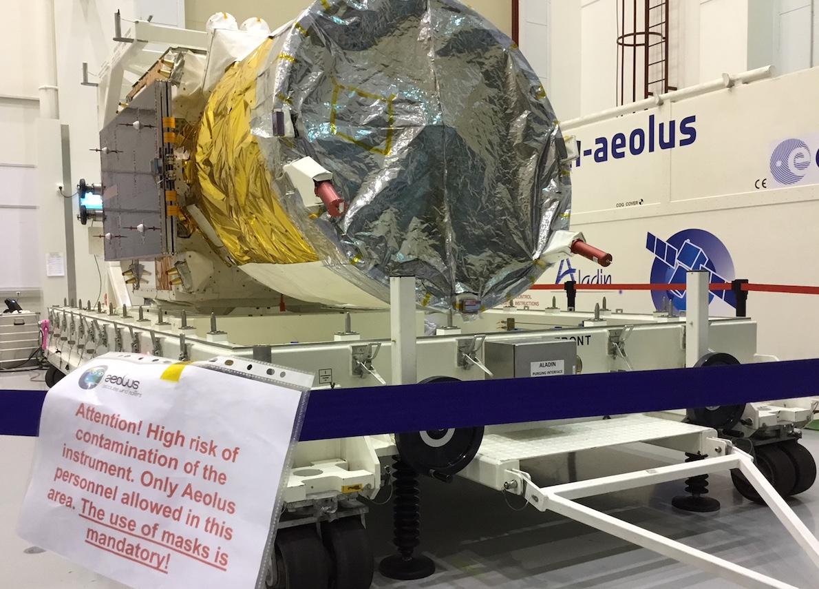 Chez Airbus, à Toulouse, le satellite Aeolus est prêt au départ. Cet engin spatial de mesure des vents est tellement sensible qu'il pourrait être endommagé par une perte soudaine de pression. Le transport aérien doit par conséquent être évité pour l'emmener à Kourou, d'où il sera propulsé en orbite par une fusée Vega. C'est donc par bateau qu'Aeolus va traverser l'Atlantique dans les prochains jours.
