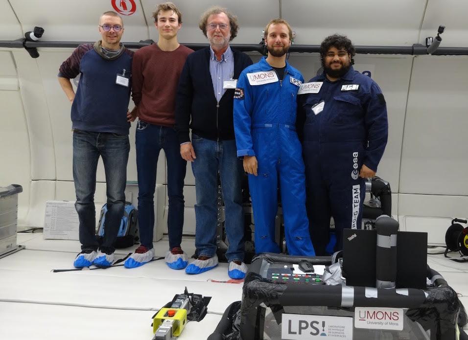 """L'équipe montoise, dans l'Airbus """"Zéro G"""", et son expérience boulonnée au sol de la cabine. © UMons."""