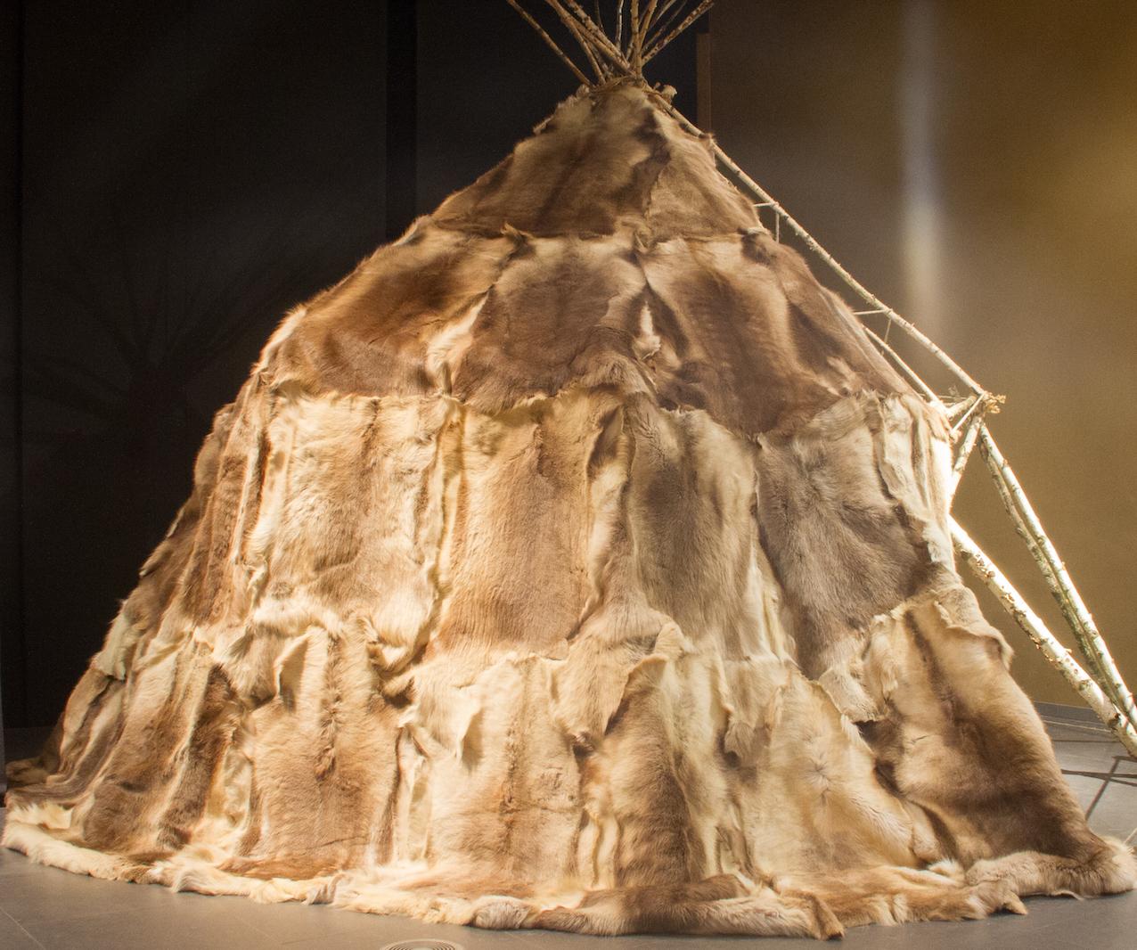 Reconstitution d'un habitat circulaire composé de peaux de rennes. © Laetitia Theunis