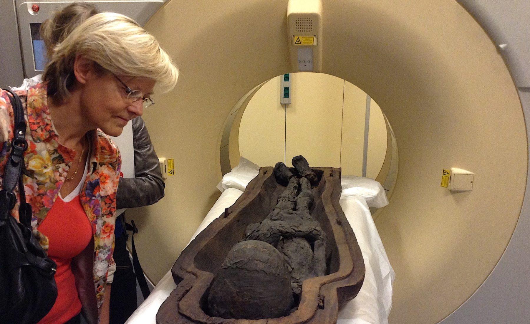 En 2015, les momies des Musées Royaux d'Art et d'Histoire sont passées au scanner, à l'hôpital St-Luc (Woluwe-St-Lambert), sous la surveillance d'Alexandra De Poorter, Directrice générale a.i. des MRAH.