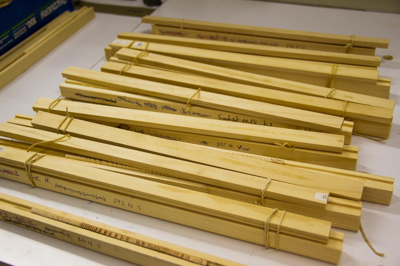 Carottes de bois séchant dans les languettes rainurées © Laetitia Theunis
