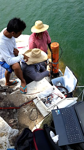 Installation d'instruments dans le lac du volcan Taal.