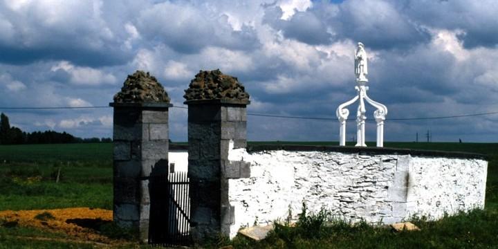 Le puits de Ste-Renelde se trouve à l'écart du village de Saintes. © J. Bierrewaerts