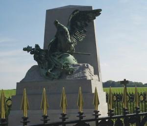 Ce monument « Aux derniers combattants de la Grande Armée » a été inauguré en 1904 devant plusieurs dizaines de milliers de personnes. Il reste aujourd'hui encore un lieu de mémoire pour les militants wallons et les partisans du rattachement de la Wallonie à la France, qui le fleurissent chaque année.