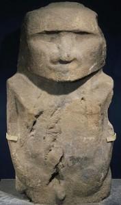 Pou Hakanononga est la  statue de l'île de Pâques en andésite (fin XIIIe) conservée aux Musées Royaux d'Art et d'Histoire du Cinquantenaire. © MRAH.