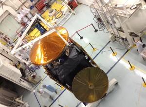 """La sonde robotique ExoMars 2016, chez Thales Alenia Space à Cannes. Au sommet, le module d'atterrissage """"Schiaparelli""""."""