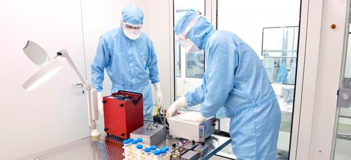 """Préparation d'un équipement du module martien Schiaparelli en salle """"propre"""". Photo © ESA"""