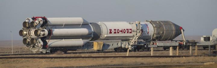 La fusée russe Proton, dont la coiffe renferme la sonde ExoMars, est amenée sur la pas de tir, à Baikonour (Kazakhstan). © ESA-Stéphane Corvaja