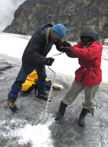 Forage dans la glace, chaine du Rwenzori. © D.R.