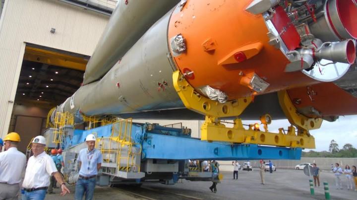 Fusée Soyouz en route pour son pas de tir, avec à son bord OUFTI © ESA