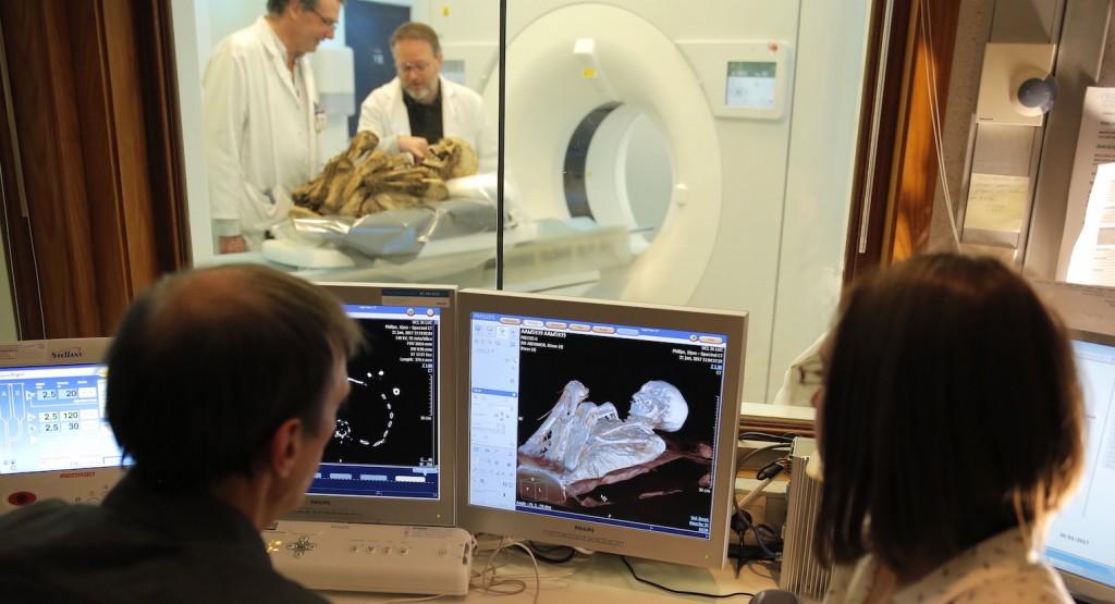 Analyse de la momie aux Cliniques Saint-Luc (UCL). © Thomas Wilski – KMKG-MRAH – CUSL (Cliquer pour agrandir)