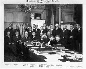 Premier Conseil de physique Solvay, 1911, Hôtel Métropole, Bruxelles. Ernest Solvay est assis en bout de table. A droite: Albert Einstein. Cliquer pour agrandir.
