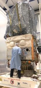 Le satellite Aeolus, en cours de préparation au CSL avant ses tests dans la cuve à vide Focal-5.