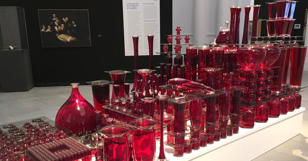 « La quantité de sang pompé par le coeur humain en une heure et vingt-huit minutes». Oeuvre de Laurence Dervaux (2003).