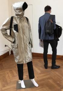 """Le projet KVOR propose ce manteau qui protège l'être humain contre """"l'infosphère"""". Il est tissé de fils métalliques bloquant ondes radio et radiations. (Cliquer pour agrandir)"""