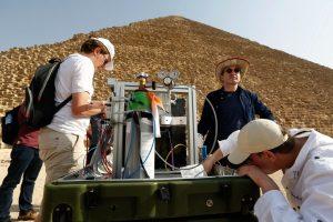 Mise en place d'un détecteur de muons sur la face nord de la grande Pyramide. © ScanPyramids (Cliquer pour agrandir)